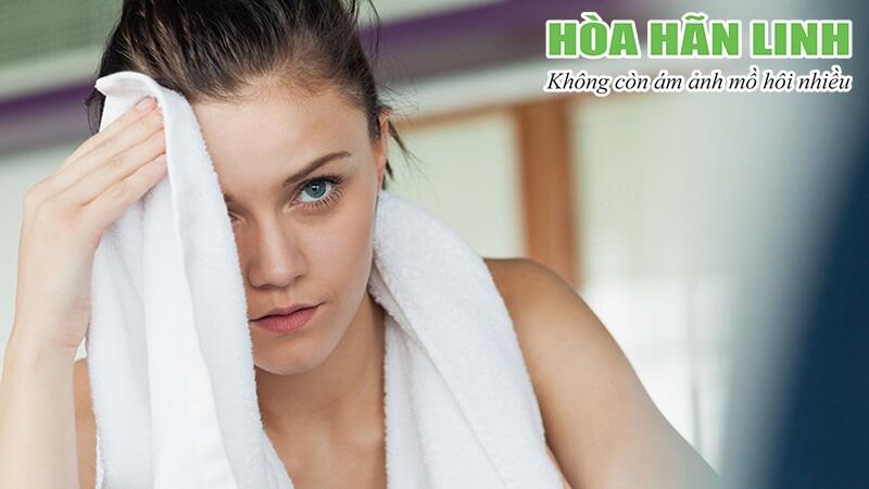 Lau mồ hôi thừa trên da bằng khăn sạch có khả năng thấm hút tốt